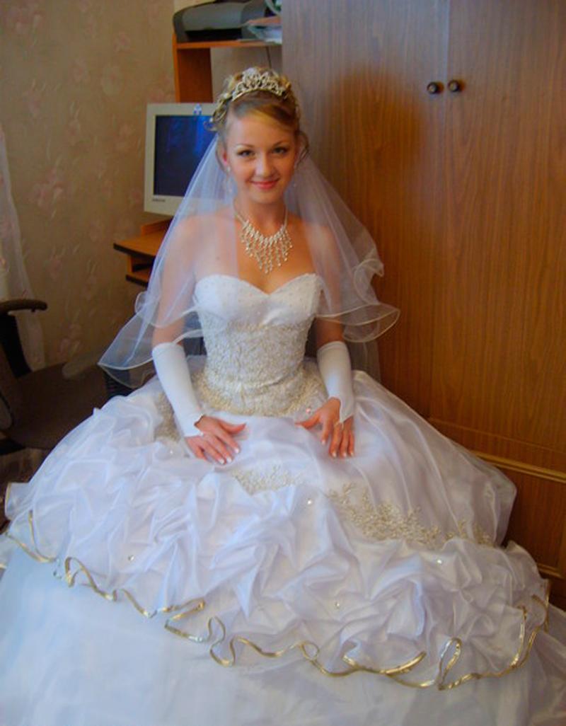 Узкий и стройный силуэт фасона свадебного платья «коктейльное платье» или «платье-лилия» отлично дополнит гладкая прическа, или не слишком пышные волны на