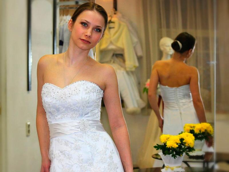 прическа для стройного свадебного платья