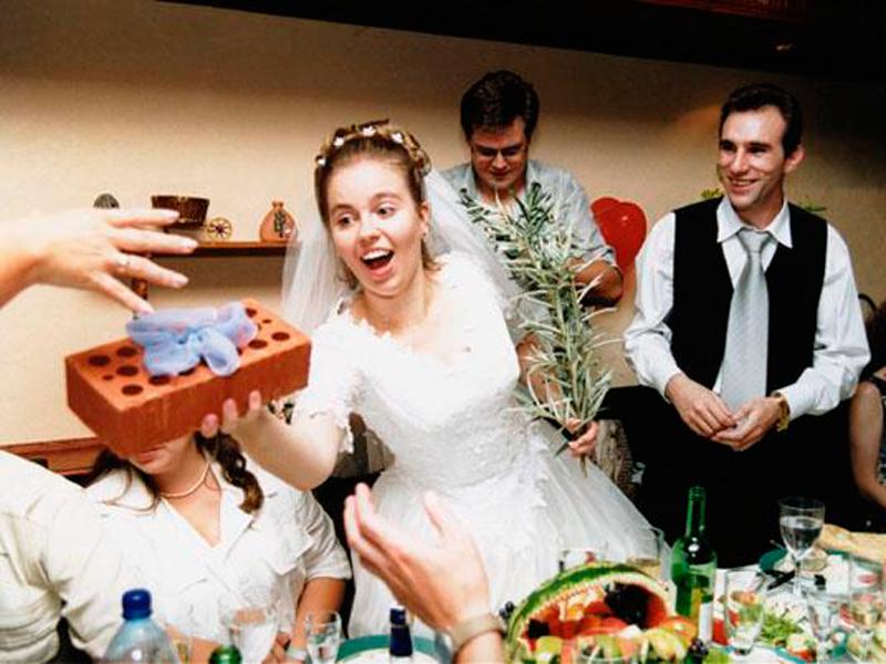необычный подарок молодожёнам на свадьбу