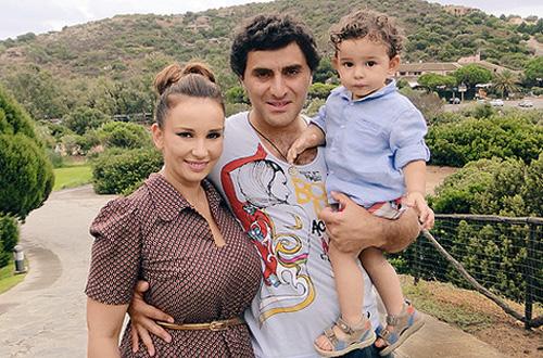 Анфиса Гурам и их сын на отдыхе
